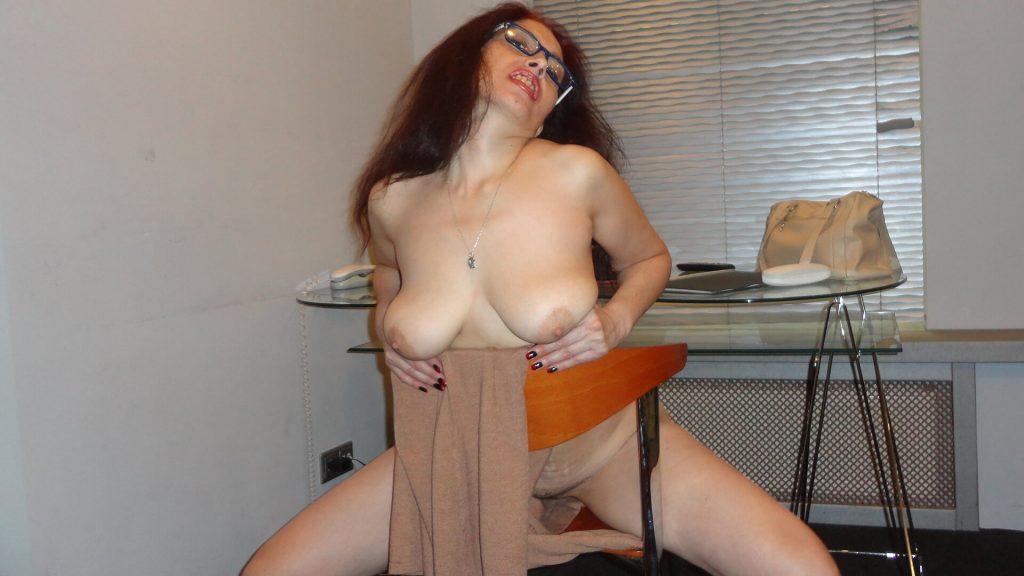 Schnappschuss von molliger Hausfrau mit schlaffe Titten beim Erotisch Chatten