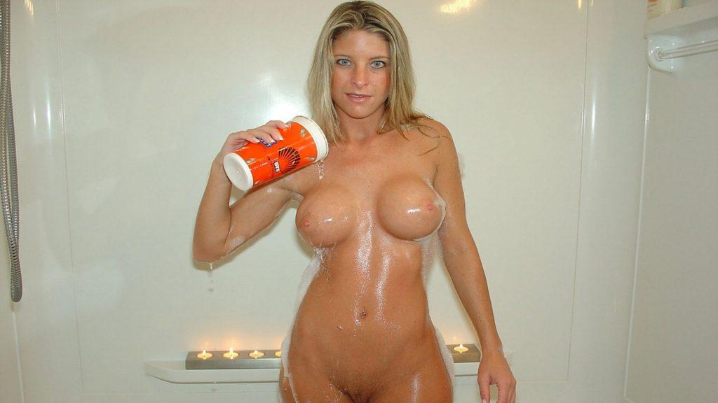blonde Studentin mit pralle Silikontitten zeigt sich auf privatem Nackt-Foto beim Duschen